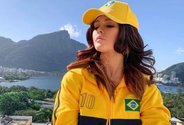 她已打扮成巴西球迷。