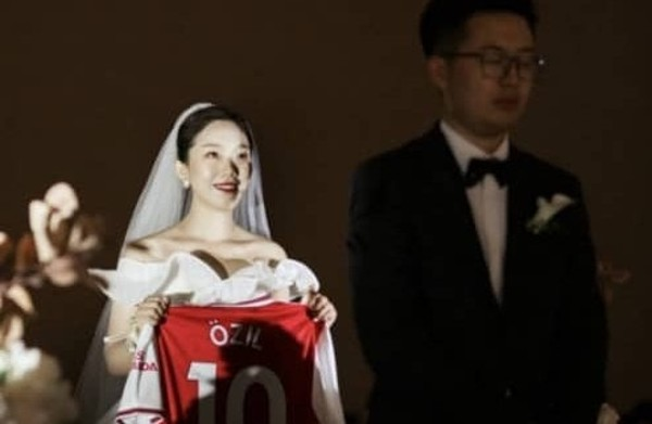 一名奧斯爾的中國女球迷於婚禮上舉起了奧斯爾的10號球衣後,獲得本人邀請他到倫敦看比賽。