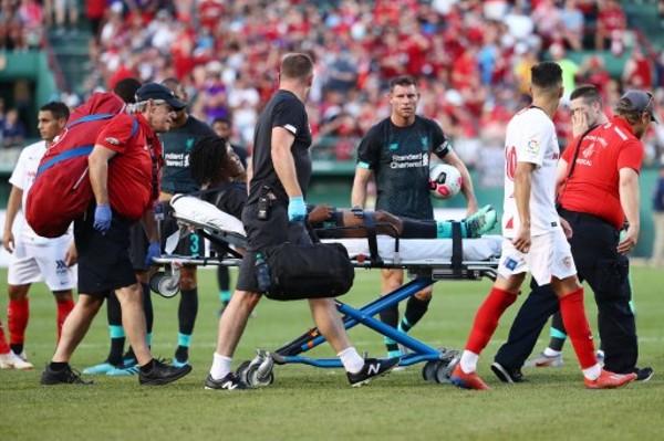 拿路斯被踢至要用擔架抬離場。