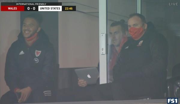 心繫高球大師賽?巴爾帶MacBook撐威爾斯