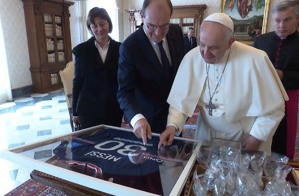 法國總理贈教宗美斯簽名球衣