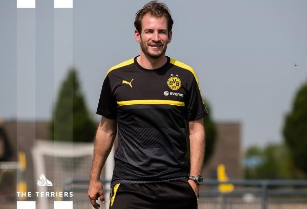 施域特本為多蒙特預備組教練。