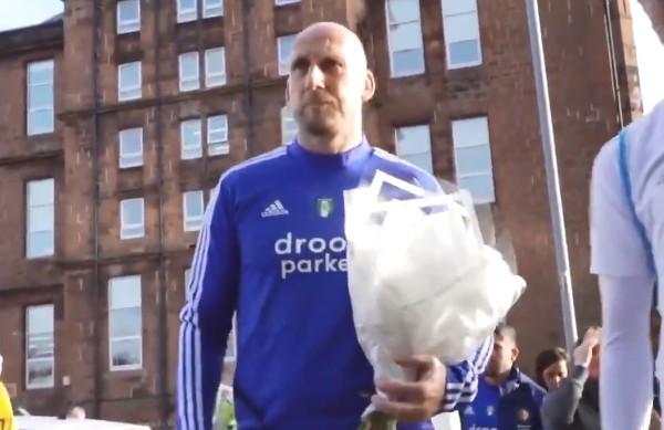 史譚帶同麾下球員到埃布羅克斯球場外向域臣致哀。