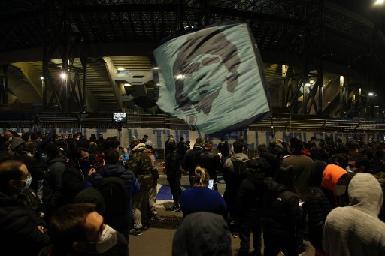 意阿球迷上街哀悼 拿玻里球場擬為老馬易名