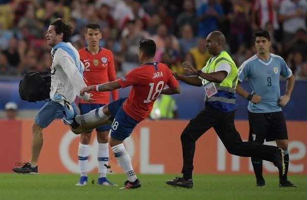 蘇亞拉斯(右)不滿查拉(紅衫18號)攔跌闖入球迷。