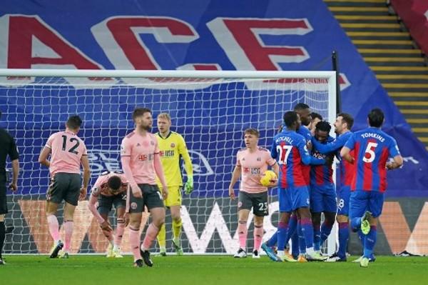英超發出指引後,仍出現球員擁抱慶祝的情況。