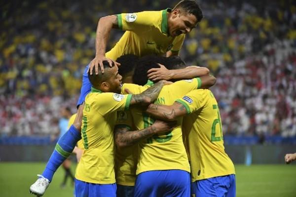 巴西兵擁作一團。