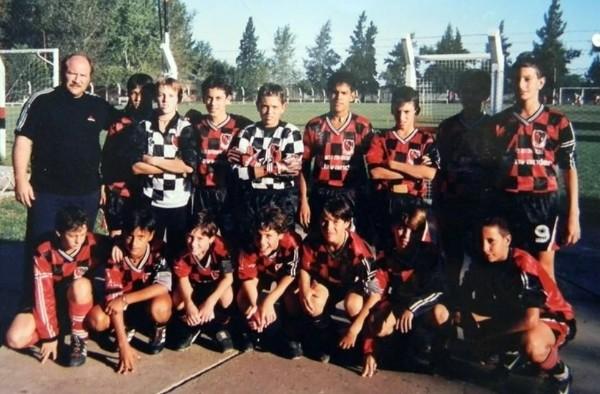 美斯是前排左邊起計的第3名球員。